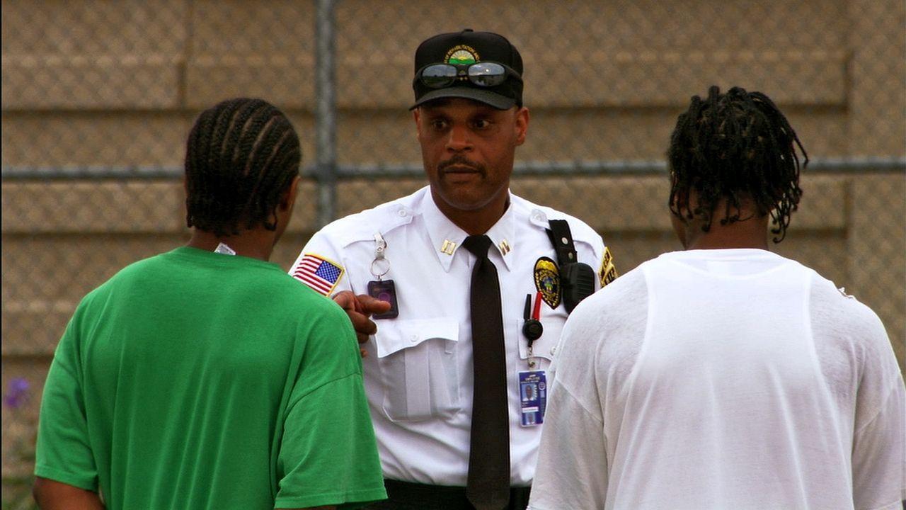Die Gangmitglieder sind verschwiegen und trotzdem versuchen die Beamten immer wieder, Herr der Lage im Ross Correctional Institut zu sein ... - Bildquelle: Marcus Burnett 2010 NGC Network US, LLC All Rights Reserved
