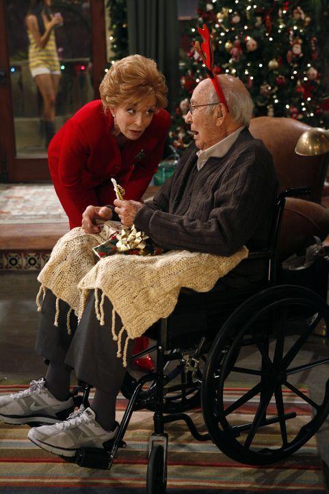 Ein Weihnachtsfest mit besonderen Überraschungen: Evelyn (Holland Taylor, l.) und Marty (Carl Reiner, r.) ... - Bildquelle: Warner Brothers