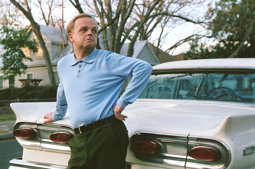 Ende der 50er-Jahre ist der exzentrische Autor Truman Capote (Toby Jones) eine der prominentesten Figuren der New Yorker Society. Eines Tages wird e... - Bildquelle: Warner Brothers International Television Distribution Inc.