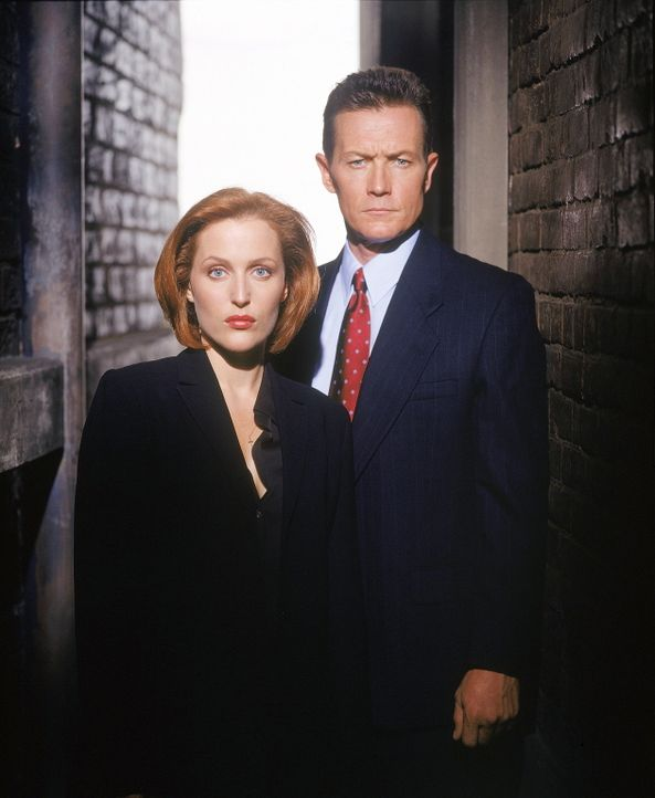 (8. Staffel) - FBI-Agent John Doggett (Robert Patrick, r.), der mit allerlei Tricks agiert, gerät schon bald mit seiner neuen Partnerin Dana Scully... - Bildquelle: TM +   2000 Twentieth Century Fox Film Corporation. All Rights Reserved.