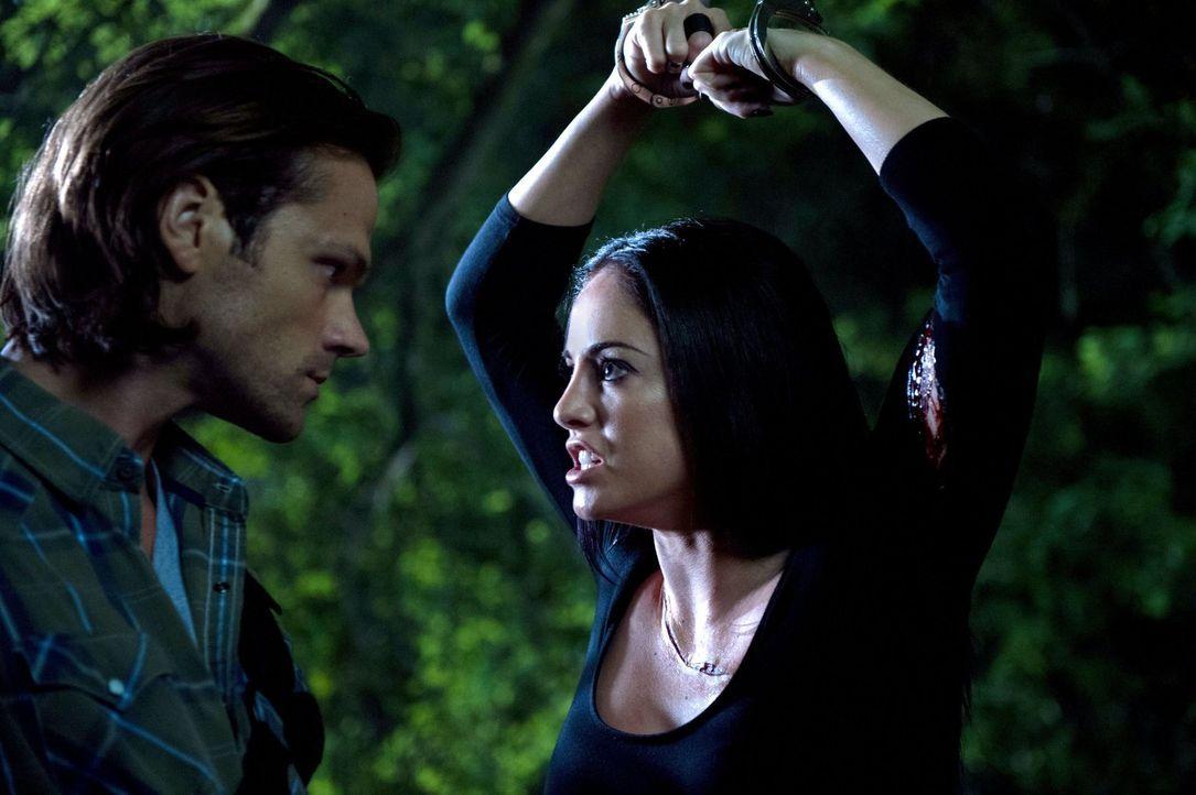 Obwohl Crowley alles daran gesetzt hat, nicht gefunden zu werden und keiner seiner Dämonen mit Sam (Jared Padalecki, l.) reden durfte, gelingt es Sa... - Bildquelle: 2016 Warner Brothers