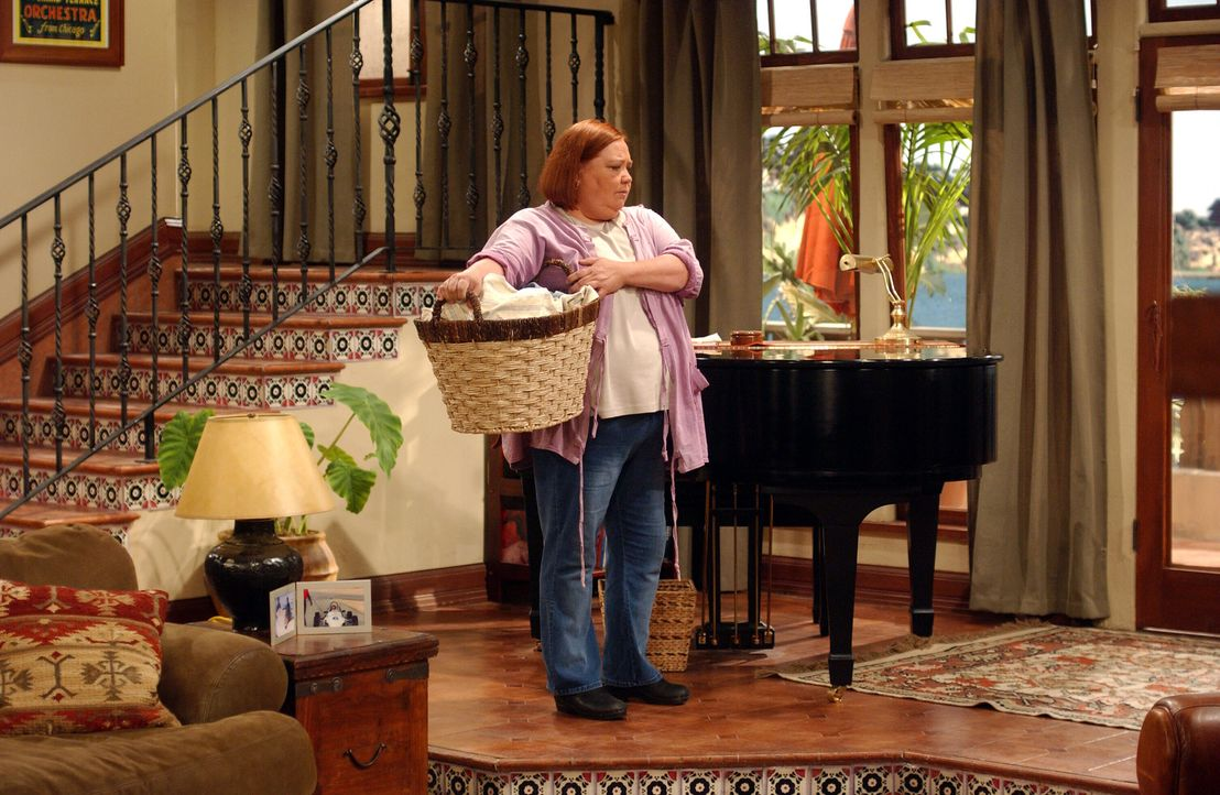 Berta (Conchata Ferrell), die gute Seele des Hauses ... - Bildquelle: Warner Brothers Entertainment Inc.