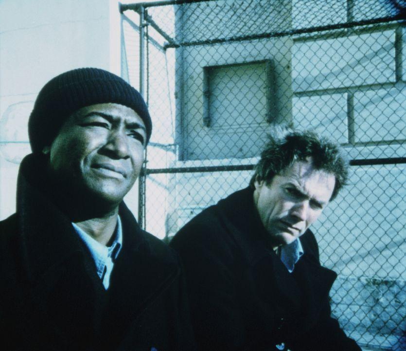 Auf Alcatraz herrschen auch zwischen den Gefangenen mörderische Verhältnisse, trotzdem freundet sich Morris (Clint Eastwood, r.) mit dem Boss der Sc... - Bildquelle: Paramount Pictures