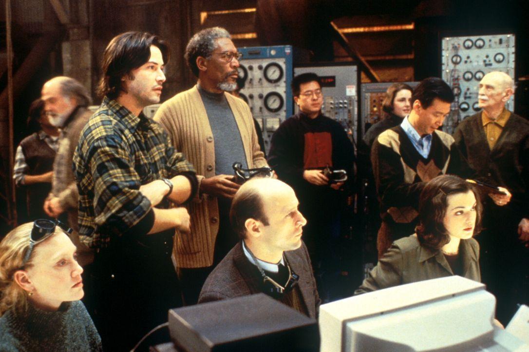 Wird der Test klappen? Eddie Kasalivich (Keanu Reeves, l., stehend) und Paul Shannon (Morgan Freeman, M., stehend) erwarten mit Spannung das Ergebni...