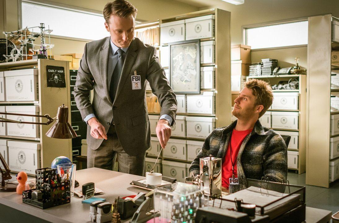 Brian (Jake McDorman, r.) sucht nach einem dritten Bodyguard für sich, der dieser Aufgabe auch gewachsen ist - seine Wahl fällt auf Spike 3 (Stephen... - Bildquelle: Michael Parmelee 2015 CBS Broadcasting, Inc. All Rights Reserved