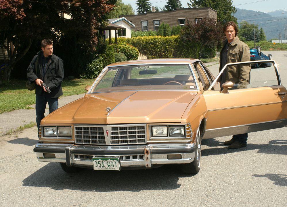 Der Jäger Rufus Turner bittet Sam (Jared Padalecki, r.) und Dean (Jensen Ackles, l.) um Hilfe, weil seine Stadt von Dämonen bedroht wird. Es stellt... - Bildquelle: Warner Bros. Television