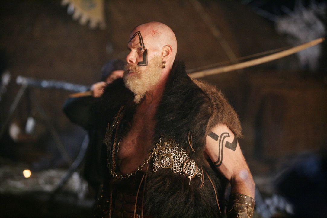 Noch ahnt König Gunnar (Ron Perlman) nicht, dass der Fremde in seinem Schlepptau ein tollwütiges Monster von einem anderen Stern mitgebracht hat, da... - Bildquelle: Telepool