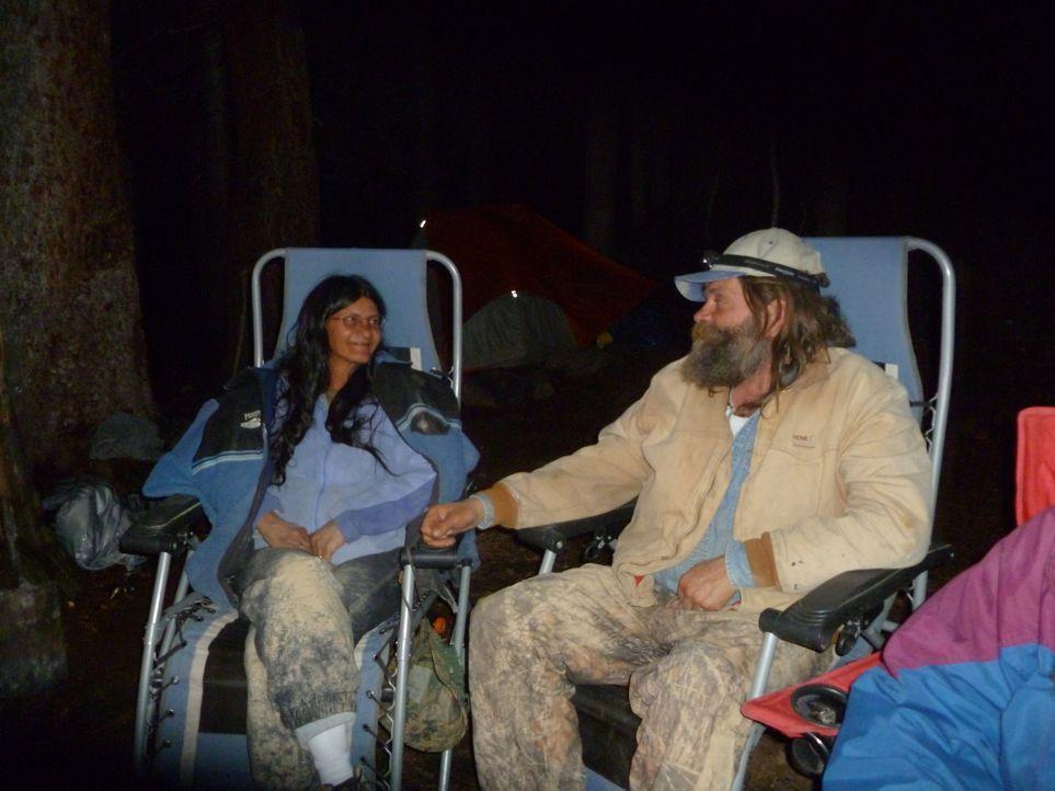 Brian (r.) und Yolanda (l.) legen eine Nachtschicht ein, um endlich Erfolg bei der Suche nach dem Aquamarin verbuchen zu können ... - Bildquelle: High Noon Entertainment 2014