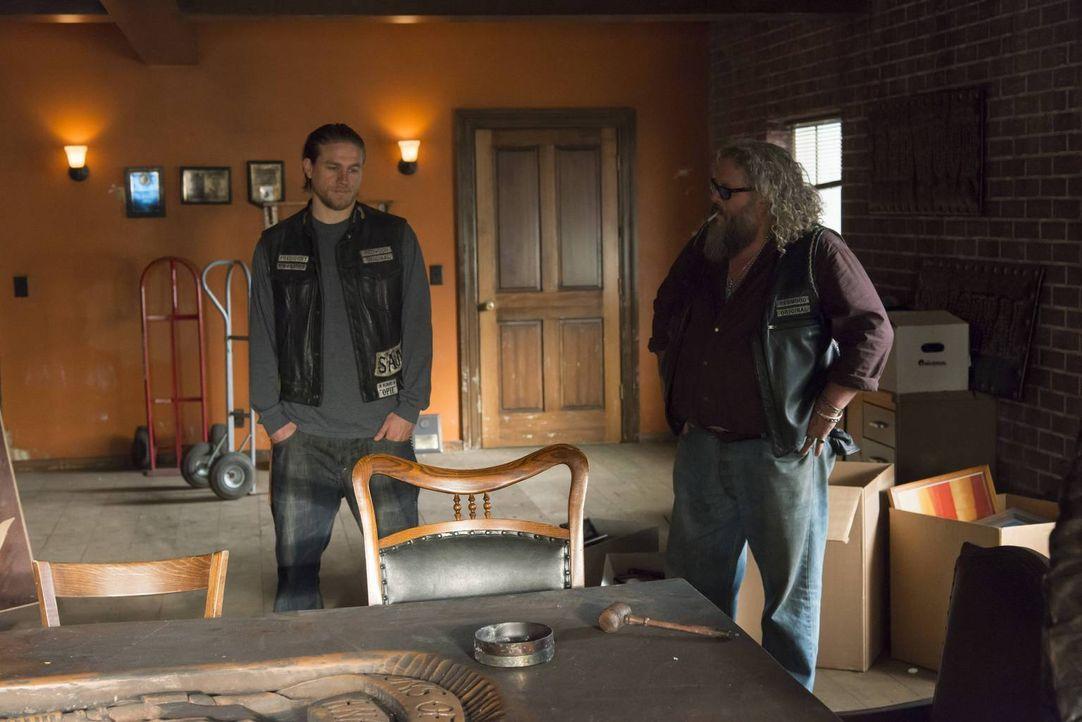 Nachdem ihr Clubhauses zerstört wurde, können sich Jax (Charlie Hunnam, l.), Bobby (Mark Boone Jr., r.) und die anderen in einem der leerstehenden G... - Bildquelle: 2013 Twentieth Century Fox Film Corporation and Bluebush Productions, LLC. All rights reserved.