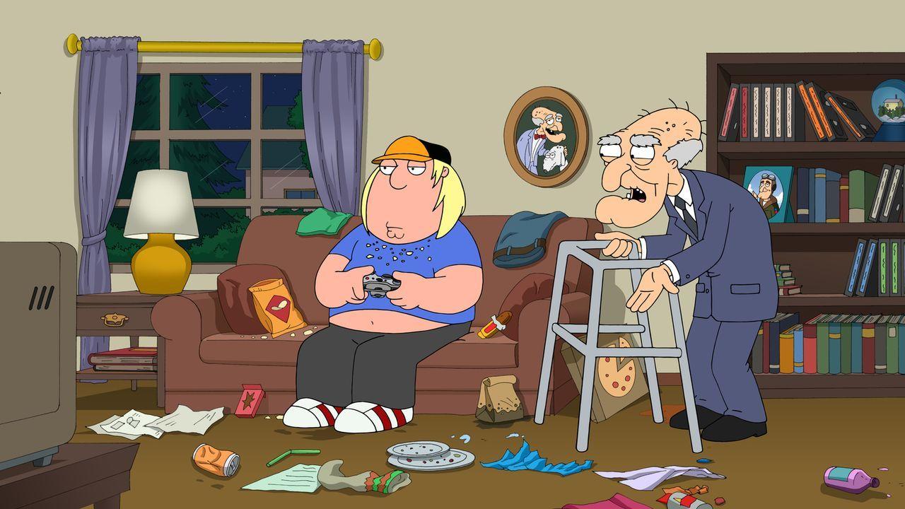 Nachdem Meg ihn dazu zwingt, alle möglichen Arbeiten für sie zu erledigen, um ihn nicht zu verpetzen, flieht Chris (l.) zu Herbert (r.), der aber sc... - Bildquelle: 2013 Twentieth Century Fox Film Corporation. All rights reserved.