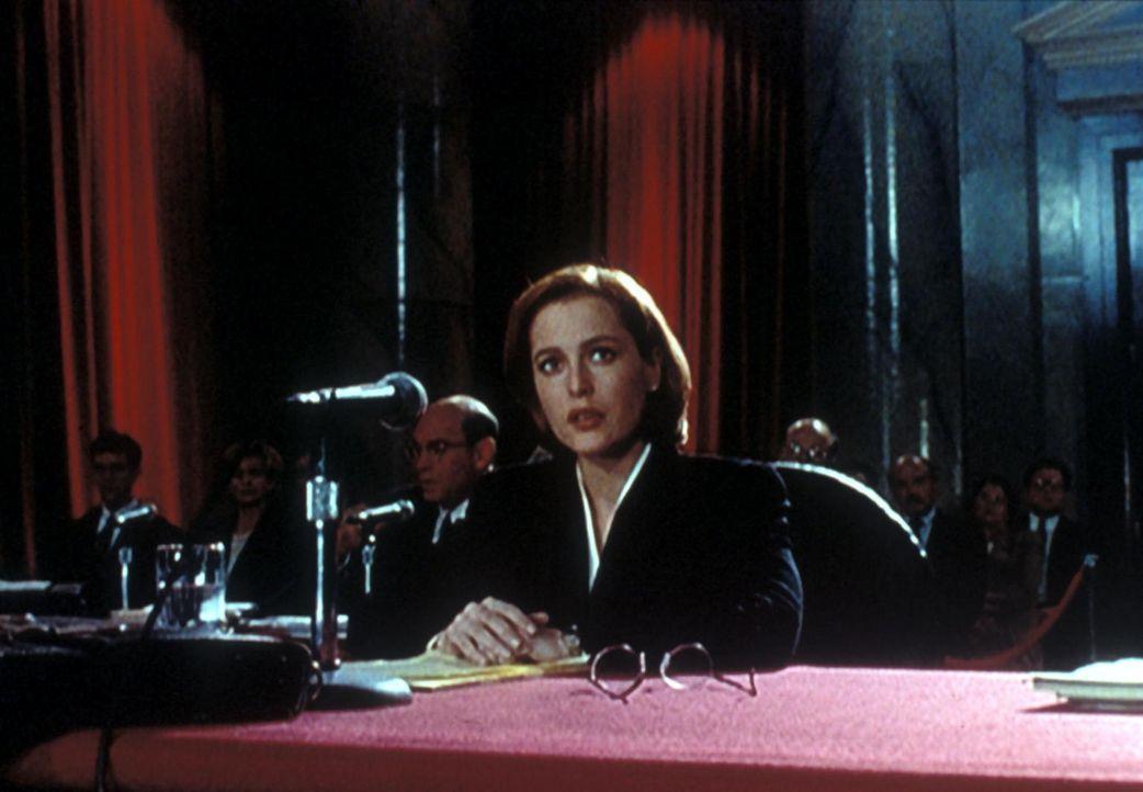 Dana Scully (Gillian Anderson) wird vor einen Untersuchungsausschuss des Senats zitiert. Um ihre Kollegen nicht zu gefährden, muss sie jedoch die Au... - Bildquelle: TM +   Twentieth Century Fox Film Corporation. All Rights Reserved.