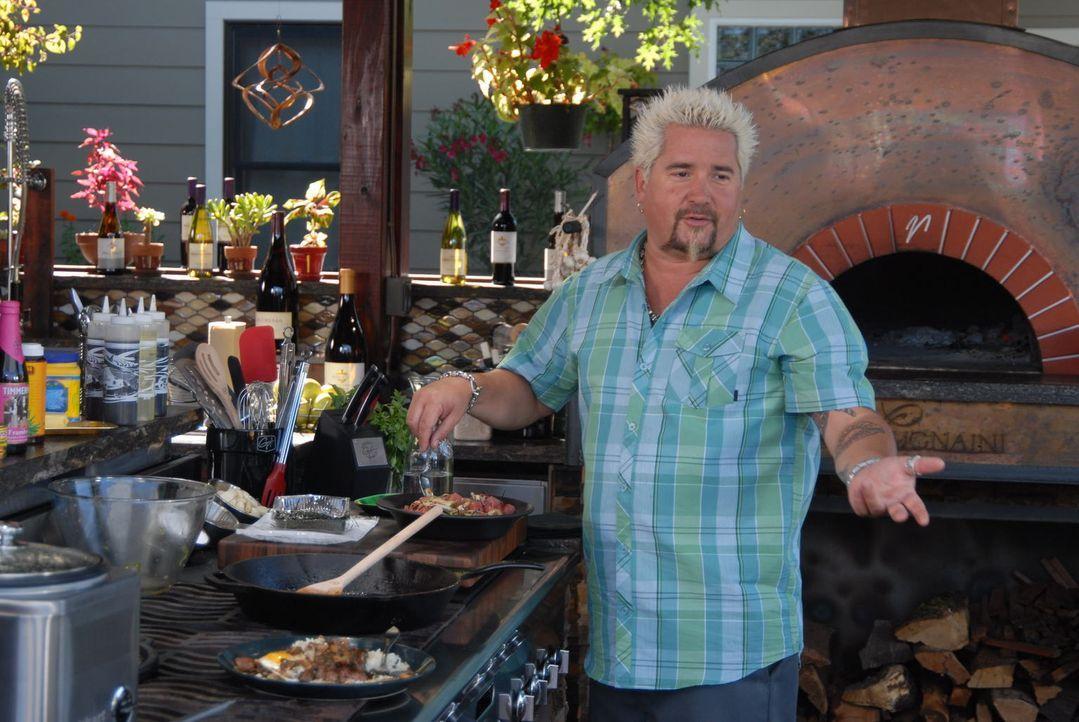 """Für Guy Fieri steht diesmal alles unter dem sommerlichen Motto """"Insel"""". Neben leckeren Köstlichkeiten wagt er sich diesmal auch an einen erfrischend... - Bildquelle: 2012, Television Food Network, G.P. All Rights Reserved."""