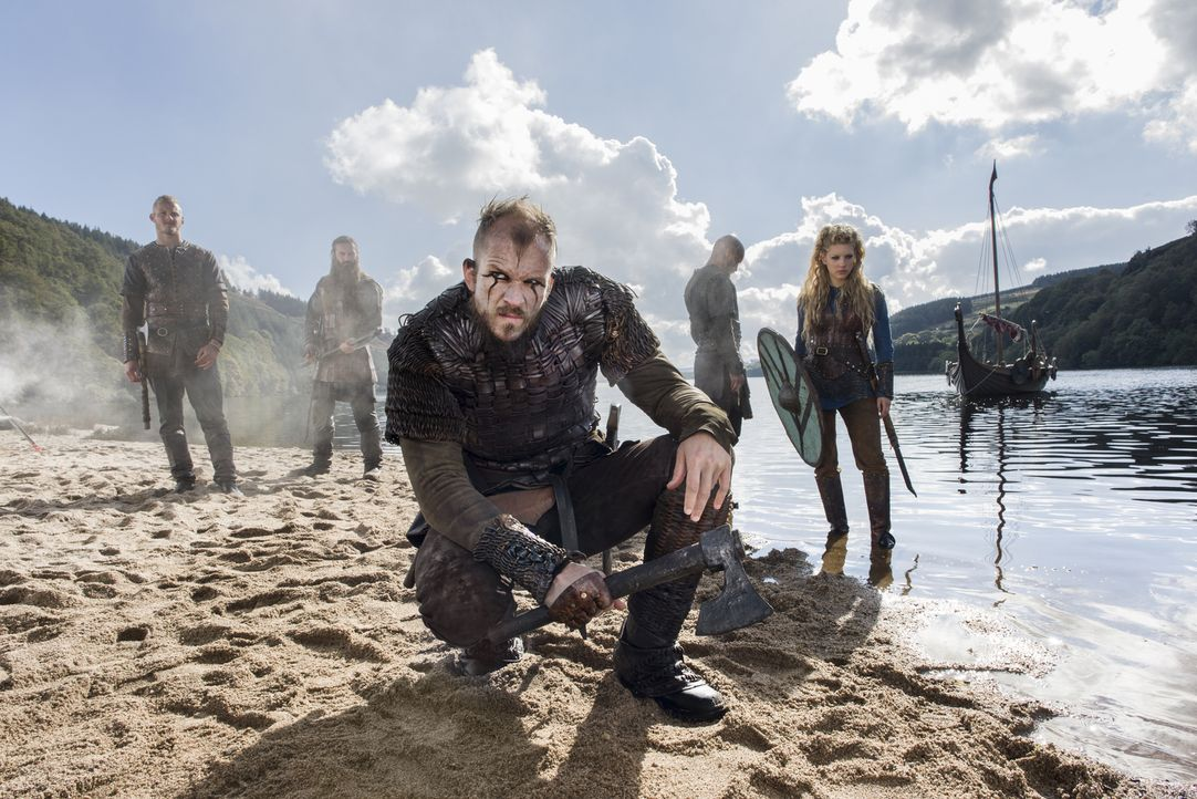 (3. Staffel) - Das Vertrauen und die Loyalität wird untereinander auf die Probe gestellt: Ragnar (Travis Fimmel, 2.v.r.), Rollo (Clive Standen, 2.v.... - Bildquelle: 2015 TM PRODUCTIONS LIMITED / T5 VIKINGS III PRODUCTIONS INC. ALL RIGHTS RESERVED.