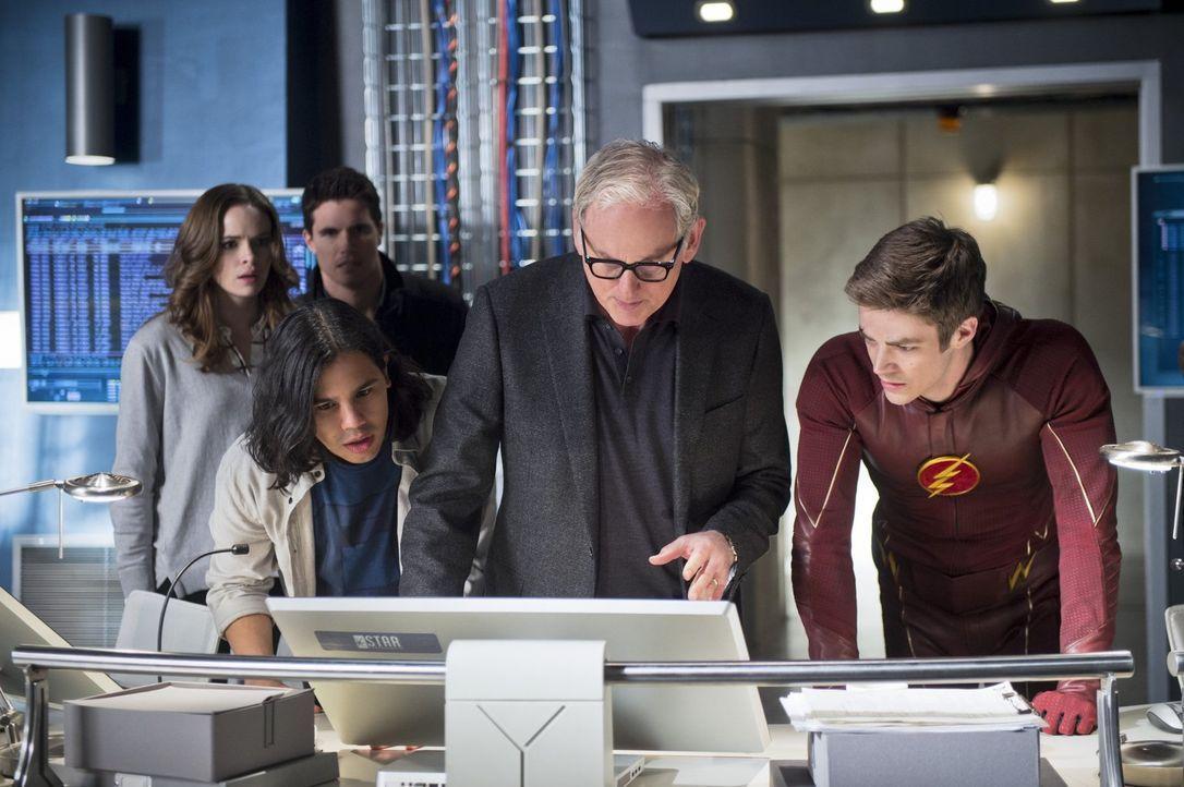 Zusammen arbeiten Caitlin (Danielle Panabaker, hinten l.), Ronnie (Robbie Amell, hinten r.), Cisco (Carlos Valdes, vorne l.), Dr. Stein (Victor Garb... - Bildquelle: Warner Brothers.