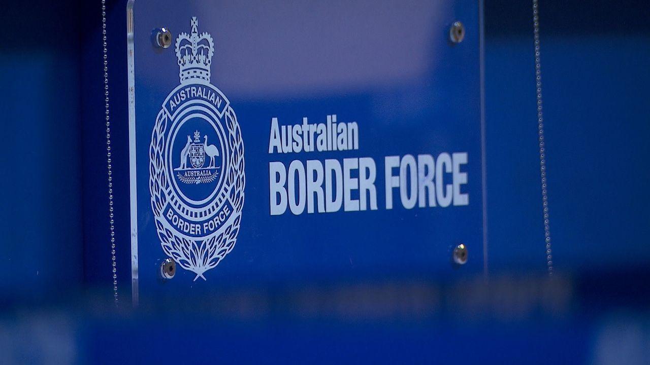 Die Beamten in Sydney stellen bei einer einreisenden Frau große Mengen verbo... - Bildquelle: Seven Productions 2018