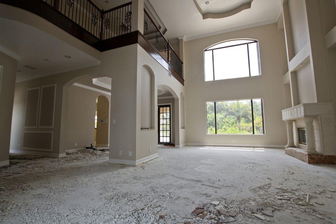 Vanilla Ice und sein Team kümmern sich dieses Mal um eine Eingangshalle, die auch als Wohnzimmer genutzt werden soll ... - Bildquelle: 2012, DIY Network/Scripps Networks, LLC.  All Rights Reserved