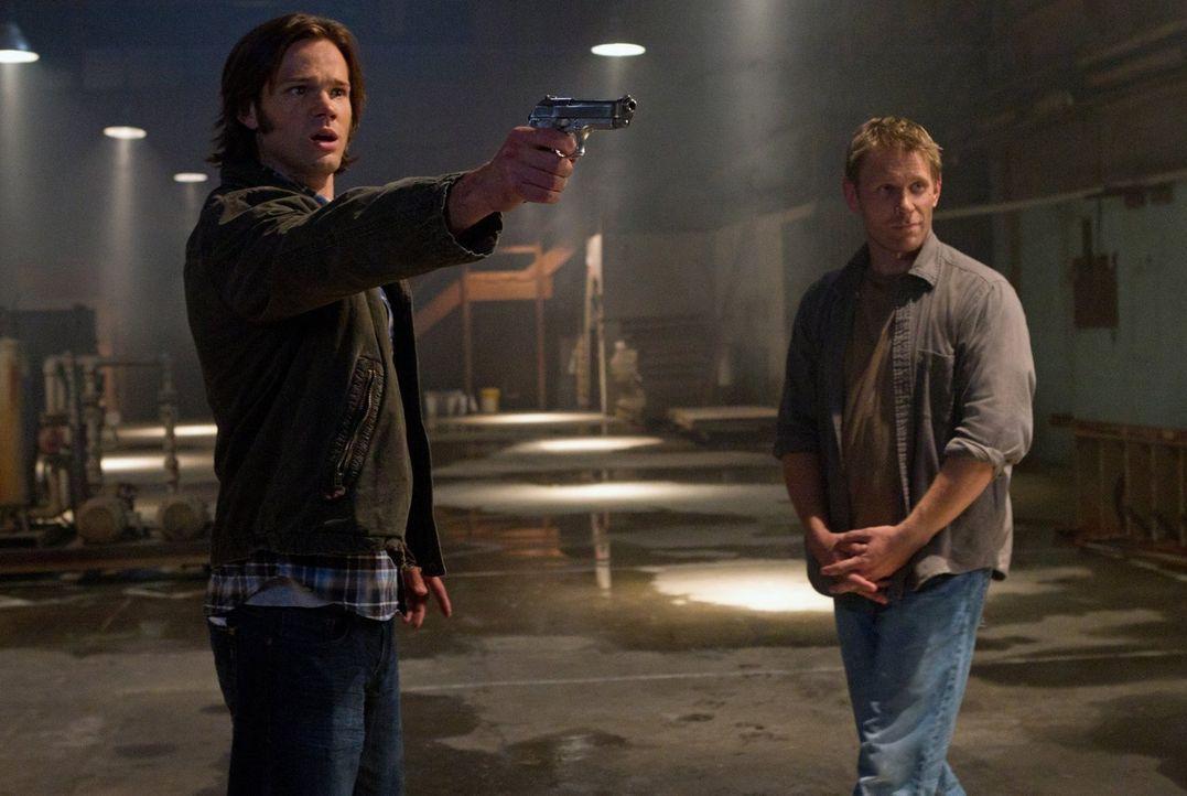 Während Castiel Schwierigkeiten hat, seine neugewonnene Macht unter Kontrolle zu halten, hat Sam (Jared Padalecki, l.) mehr und mehr Schwierigkeiten... - Bildquelle: Warner Bros. Television