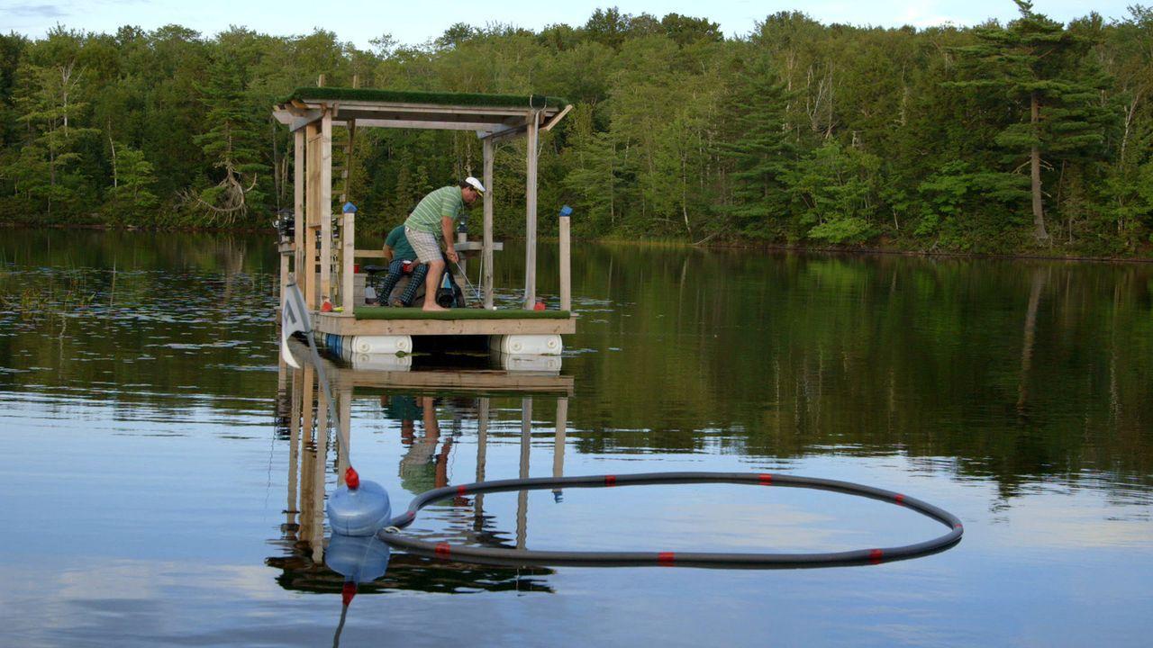 Andrew und Kevin (Bild) erfinden das Golfspiel auf eine neue Art und Weise und versuchen es daher mit einem schwimmenden Golfplatz ... - Bildquelle: Brojects Ontario Ltd./Brojects NS Ltd