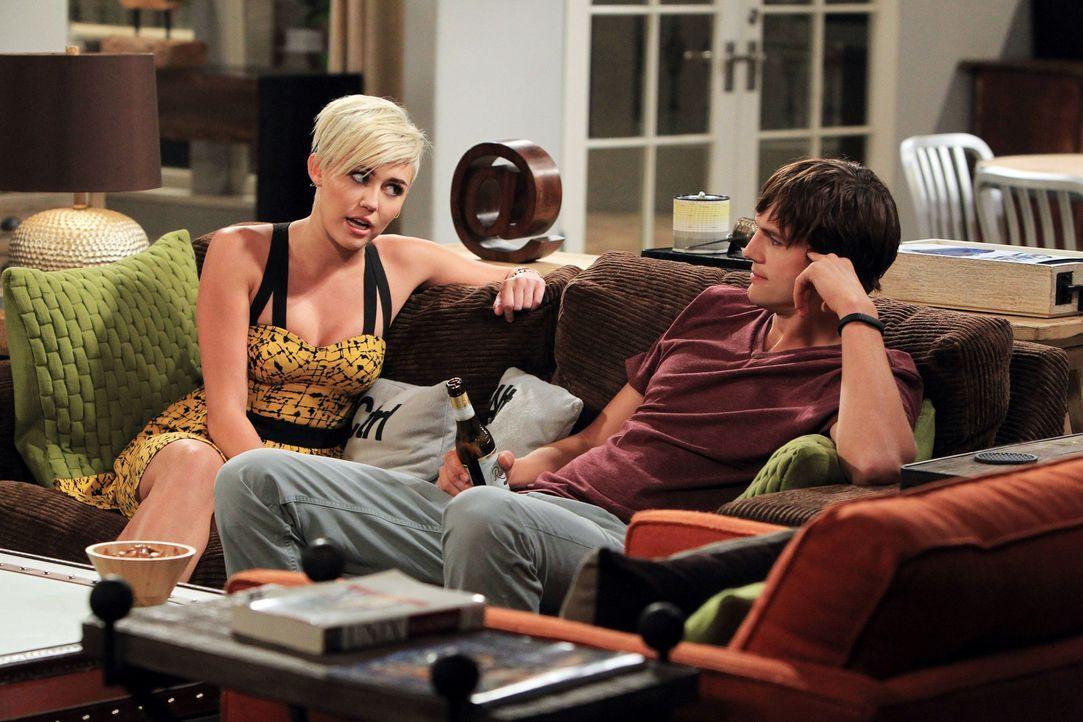 Während sich Jake unerlaubt von der Truppe entfernt hat, um sich mit Missi (Miley Cyrus, l.) zu treffen, hat diese einen ganz besonderen Rat für Wal... - Bildquelle: Warner Brothers Entertainment Inc.
