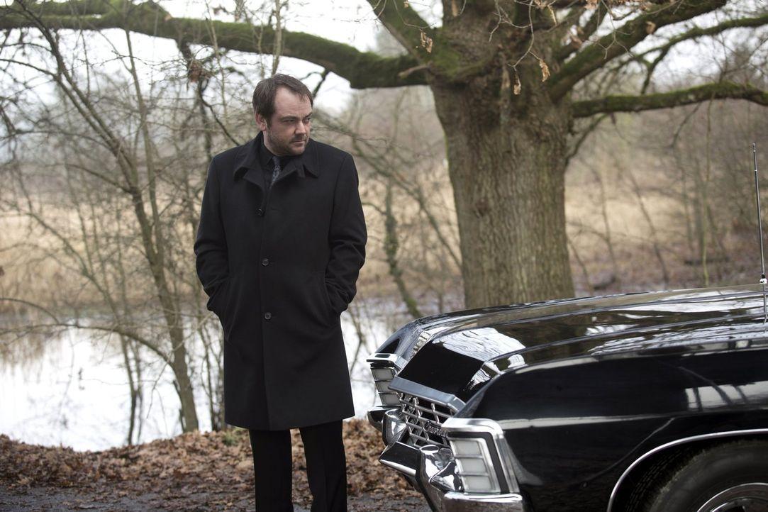 Crowley (Mark Sheppard) kann es einfach nicht lassen, das zu sein, was er ist und bringt damit nicht nur sich selber, sondern auch die Winchester-Br... - Bildquelle: 2013 Warner Brothers