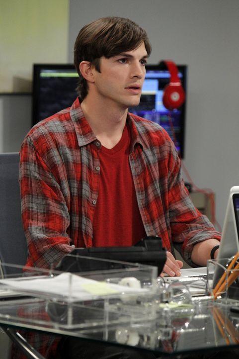 Walden (Ashton Kutcher) gibt Jake und Eldridge die Chance, in seiner Firma zu arbeiten - doch hat er da eine richtige Entscheidung getroffen? - Bildquelle: Warner Brothers Entertainment Inc.