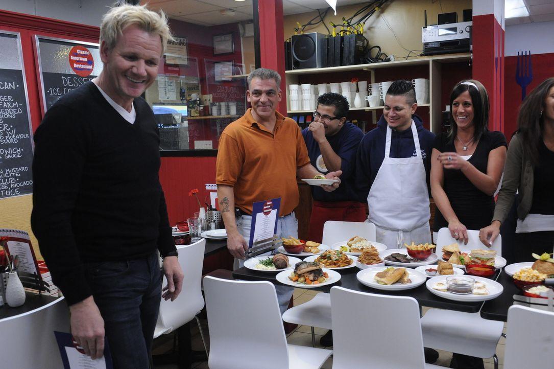 """Die Stimmung im Team des """"Classic American Restaurant"""" ist seit längerem auf dem Gefrierpunkt, doch dann bringt Gordon Ramsay (l.) neue innovative I... - Bildquelle: Jeffrey Neira Fox Broadcasting.  All rights reserved."""