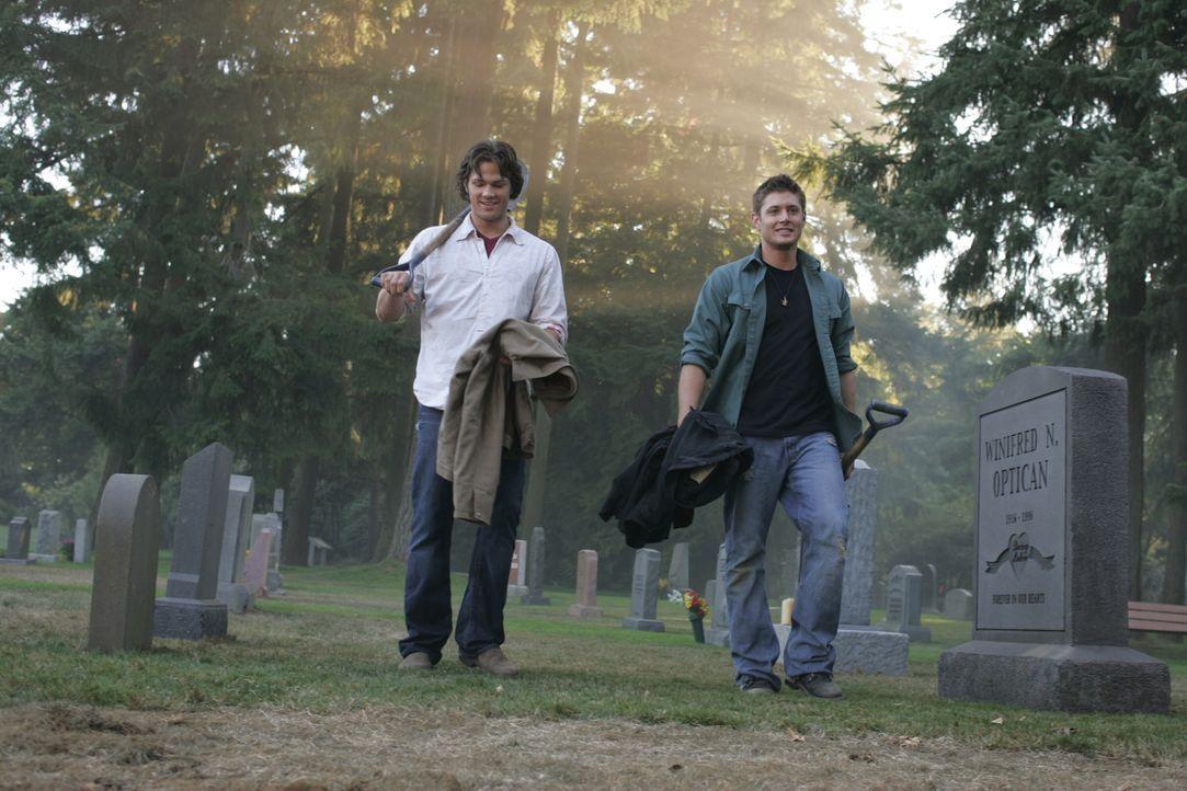 Sam (Jared Padalecki, l.) und Dean (Jensen Ackles, r.) besuchen das Grab ihrer Mutter, um dort die Militärmarke von ihrem Vater John zu vergraben ... - Bildquelle: Warner Bros. Television