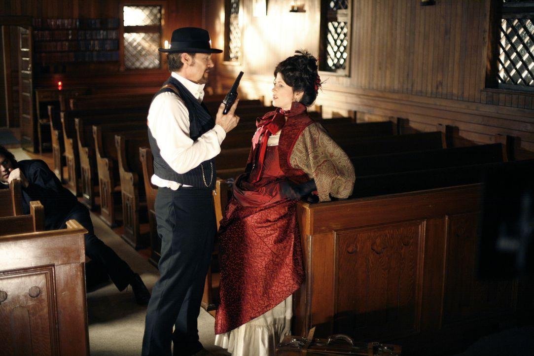 Selbst in der Kirche ist ihr Boss Tom Rourke (Greg Evigan, l.) der schönen und taffen Diana McQueen (Daphne Zuniga, r.) immer auf den Fersen. So wil... - Bildquelle: 2008 MAIL ORDER BRIDE PRODUCTIONS INC.