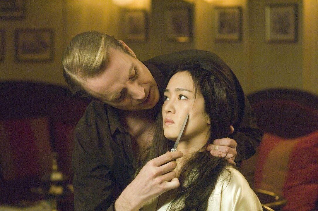 Auch Jahre nach Kriegsende spielt Grutas (Rhys Ifans, l.) immer noch gerne sadistische Spielchen. Doch das mit Murasaki Shikibu (Li Gong, r.) kommt... - Bildquelle: Tobis Film