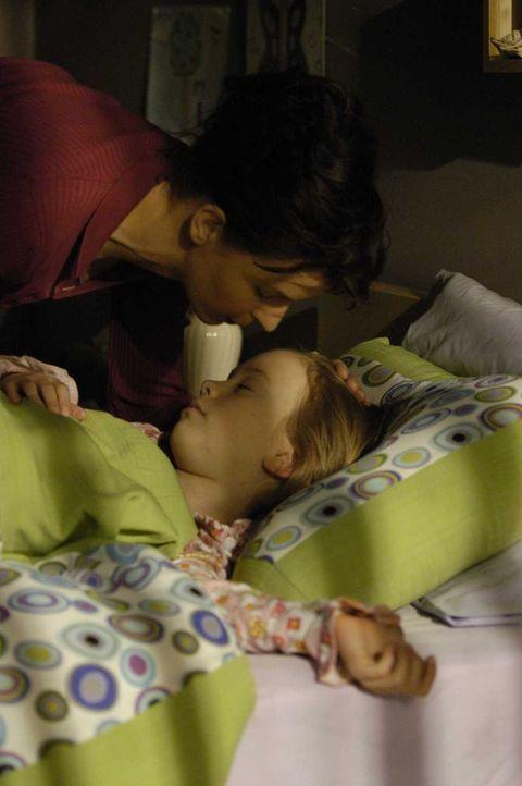 Diana (Jacqueline McKenzie, l.) adoptiert Maia (Conchita Campbell, r.) ohne zu ahnen, dass sie noch immer über hellseherische Fähigkeiten verfügt ..... - Bildquelle: Viacom Productions Inc.