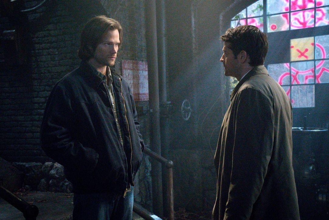 Sam (Jared Padalecki, l.) und Castiel (Misha Collins, r.) müssen sich entscheiden, ob sie Deans Bitte nachkommen oder die Recherchen im Buch der Ver... - Bildquelle: 2016 Warner Brothers