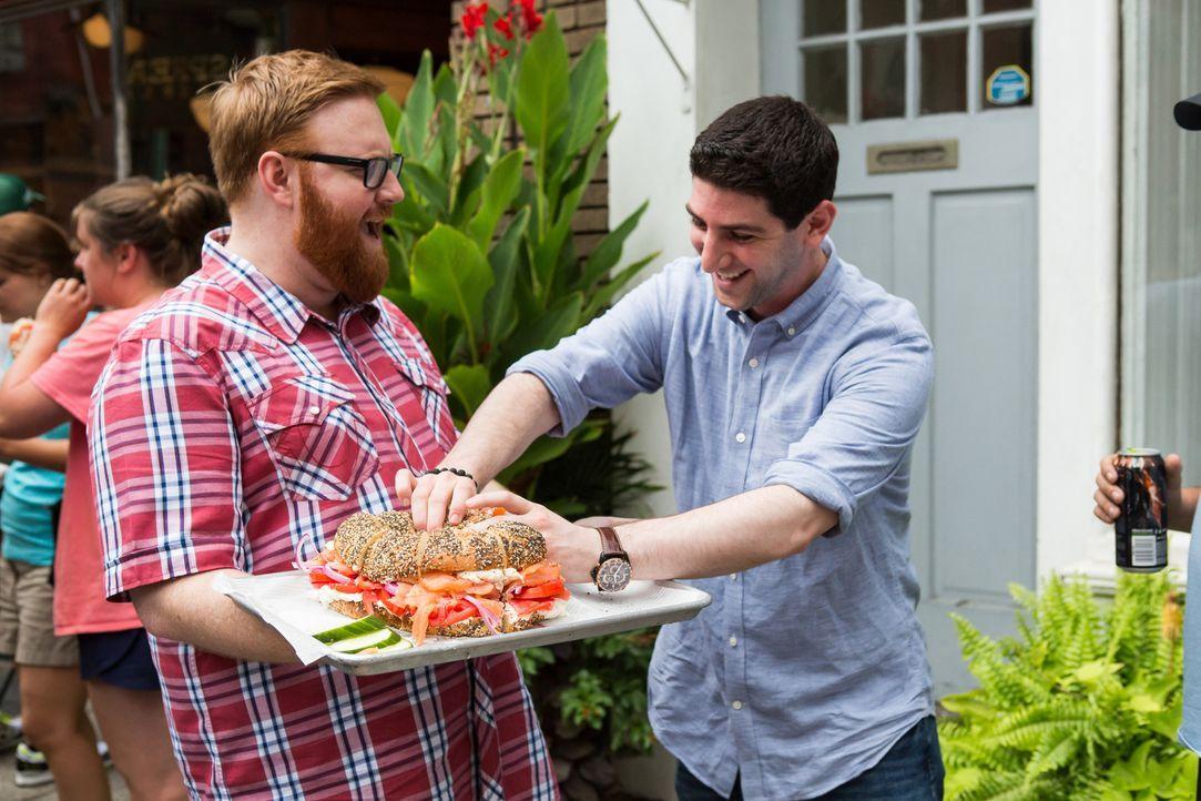 Nachdem Josh Denny (l.) den sechs Kilo schweren Bagel mit Räucherlachs und Fischsalat probiert hat, holt er auch bei den Menschen auf der Straße ein... - Bildquelle: Ben Leuner 2016, Television Food Network, G.P. All Rights Reserved.