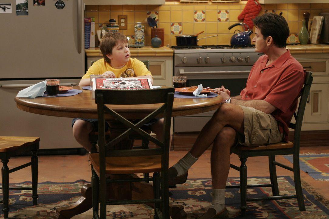 Gemeinsam mit seinem Onkel Charlie (Charlie Sheen, r.) plant Jake (Angus T. Jones, l.) seinen Geburtstag ... - Bildquelle: Warner Brothers Entertainment Inc.