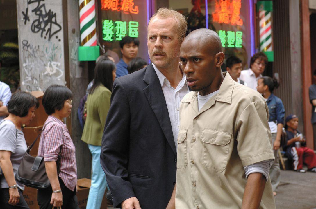 Der übermüdete und verkaterte Polizist Jack Mosley (Bruce Willis, r.) ist absolut nicht in der Stimmung, den Kriminellen Eddi Bunker (Mos Def, l.) v... - Bildquelle: Nu Image