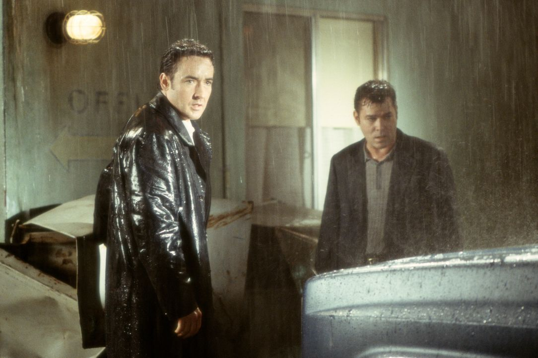 "Ein sintflutartiger Wolkenbruch macht die Weiterfahrt unmöglich. Ed (John Cusack, l.) bietet dem ""gestrandeten"" Rhodes (Ray Liotta, r.) seine Hilfe... - Bildquelle: 2003 Sony Pictures Television International. All Rights Reserved."