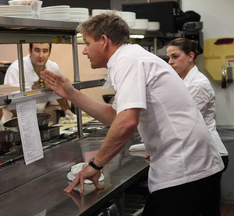 """Im """"Olde Hitching Post""""-Restaurant in Monrovia in Kalifornien wird die Hilfe von Chefkoch Gordon Ramsay (M.) dringend benötigt: Das Personal versteh... - Bildquelle: Jeff Neira FOX"""