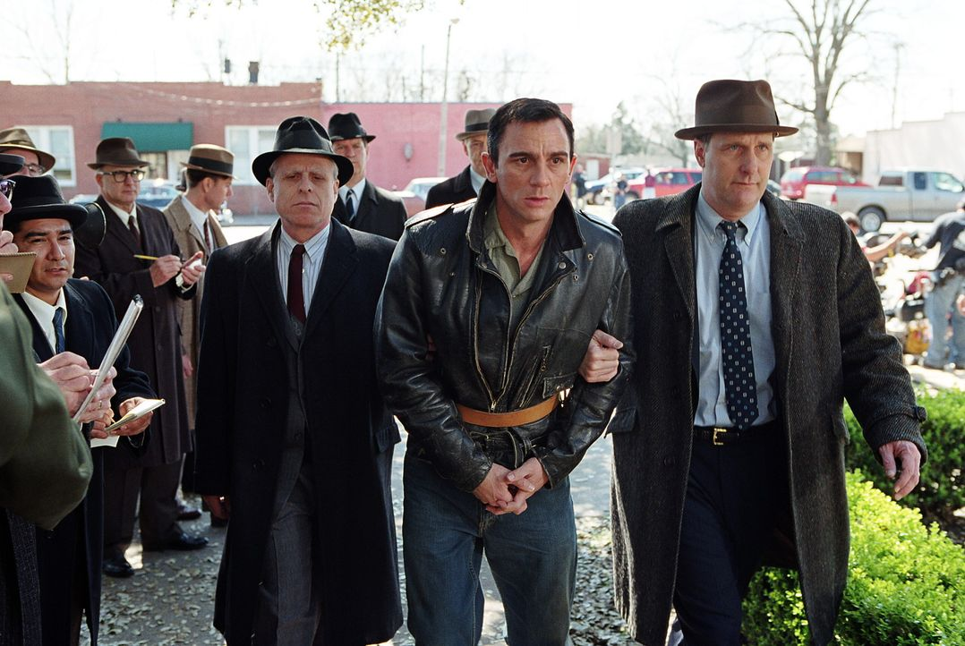 Als der Autor Truman Capote von dem blutrünstigen Mord des Perry Smith (Daniel Craig, vorne M.) erfährt, wittert er die große Story. Doch wird Smith... - Bildquelle: Warner Brothers International Television Distribution Inc.