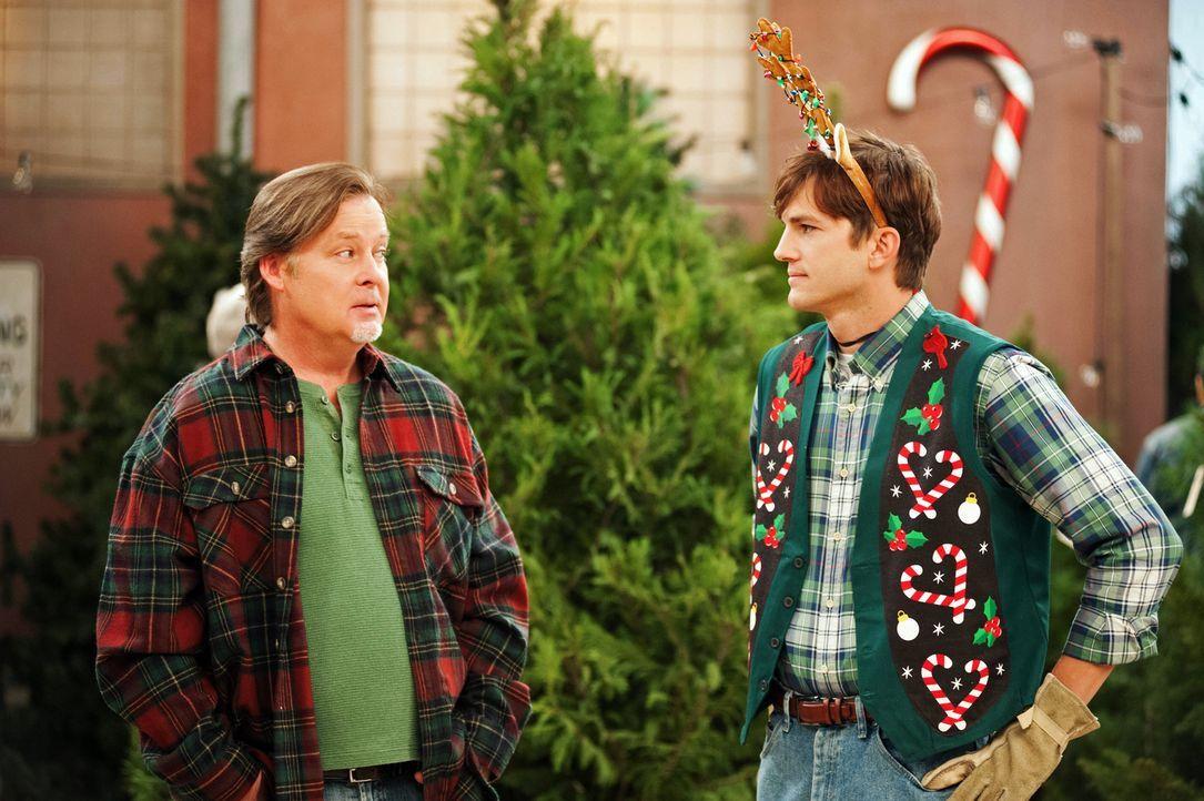 Da Kates Einkommen für beide nicht ausreicht, nimmt Walden (Ashton Kutcher, r.) alias Sam Wilson einen Job bei Nick (Joel Murray, l.) als Weihnachts... - Bildquelle: Warner Brothers Entertainment Inc.