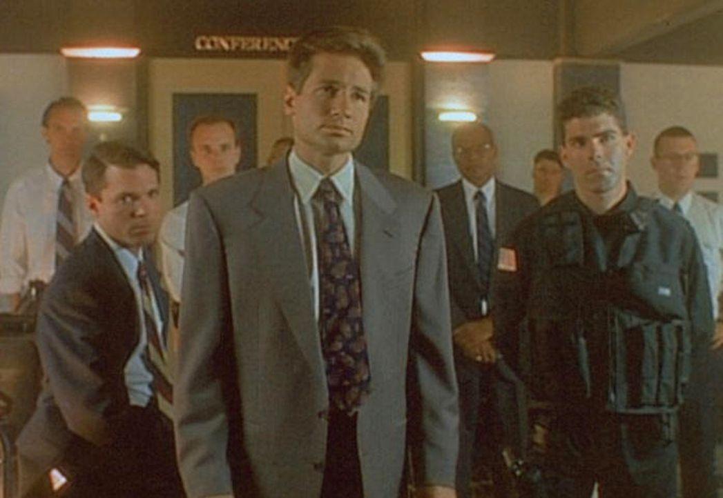 Mulder (David Duchovny, vorne) und ein ganzes Team von FBI-Leuten verhandeln mit dem Geiselnehmer, der behauptet, unter der Kontrolle von Außerirdis... - Bildquelle: TM +   Twentieth Century Fox Film Corporation. All Rights Reserved.