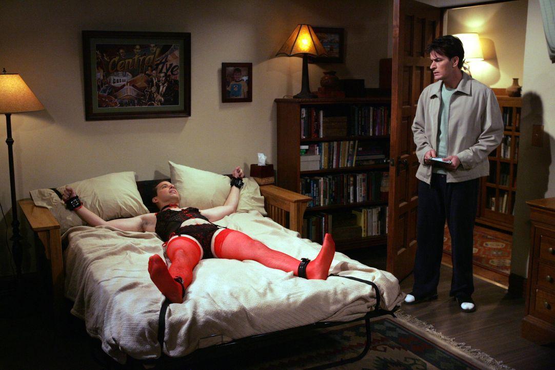 Damit haben Alan (Jon Cryer, l.) und Charlie (Charlie Sheen, r.) nicht gerechnet ... - Bildquelle: Warner Brothers Entertainment Inc.