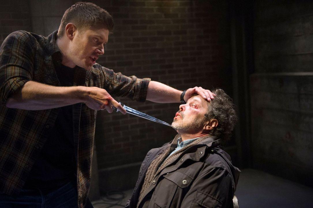 Dean (Jensen Ackles, l.) und Metatron (Curtis Armstrong, r.) haben noch eine Rechnung offen und trotzdem muss sich Dean wenigstens so lange unter Ko... - Bildquelle: 2016 Warner Brothers