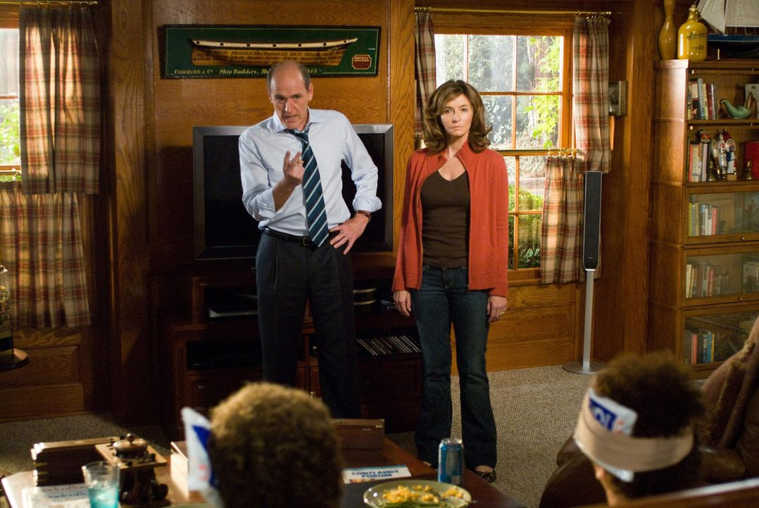 Nach wochenlangem Terror reißt Nancy (Mary Steenburgen, r.) und Robert (Richard Jenkins, l.) der Geduldsfaden. Sie verdonnern die beiden Stiefbrüder... - Bildquelle: 2008 Columbia Pictures Industries, Inc. and Beverly Blvd LLC. All Rights Reserved.