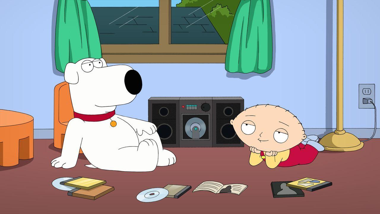 Stewie (r.) entdeckt die Schlagermusik von Anne Murray für sich und hört begeistert jeden Song rauf und runter. Als Brian (l.) ihn deswegen kritisie... - Bildquelle: 2013 Twentieth Century Fox Film Corporation. All rights reserved.
