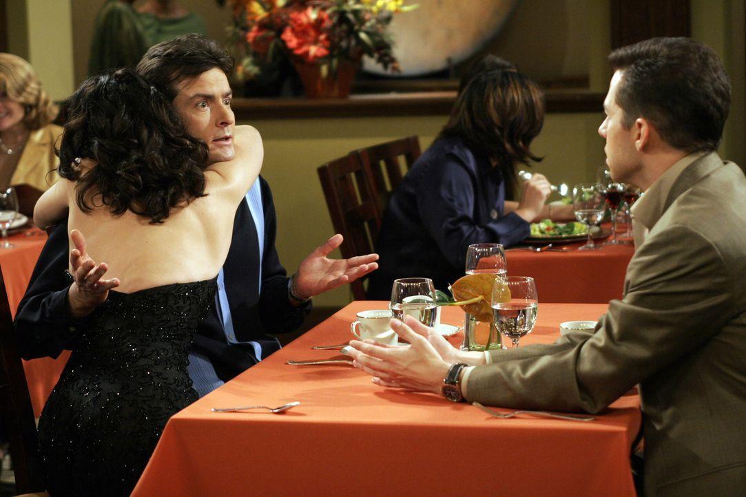 Charlie (Charlie Sheen, M.) und Alan (Jon Cryer, r.) stehen sich als Konkurrenten gegenüber, als Jamie (Paget Brewster, l.) plötzlich auftaucht ... - Bildquelle: Warner Bros. Television
