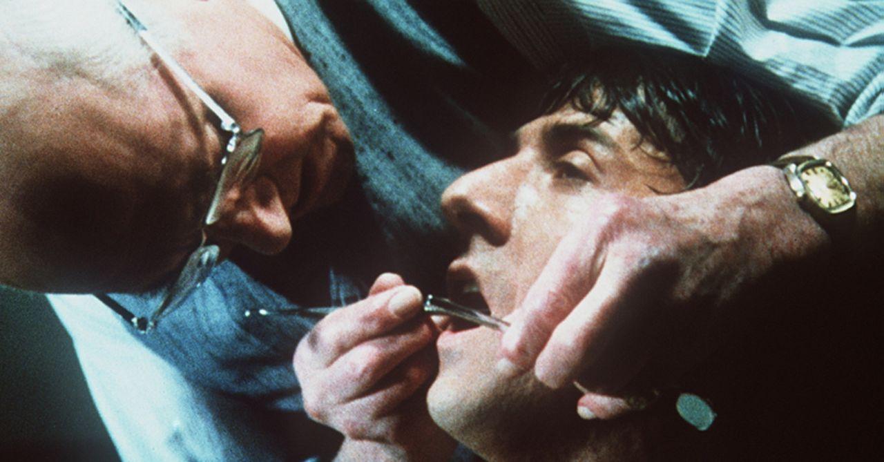 Der Zahnarzt und Alt-Nazi Dr. Szell (Sir Laurence Olivier, l.) nutzt seine Fachkenntnisse, um Babe Levy (Dustin Hoffman, r.) bestialisch zu foltern... - Bildquelle: Paramount Pictures