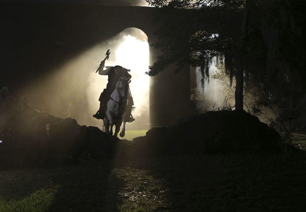 Wird der kopflose Reiter Abraham (Neil Jackson) es schaffen, Ichabod und Abbie den Zugang zu einer kriegsentscheidenden Waffe zu verwehren? - Bildquelle: 2014 Fox and its related entities. All rights reserved