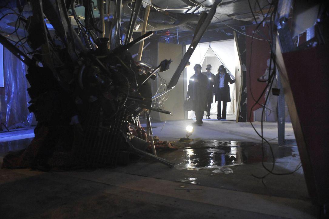 Was hat es mit dem verschwundenen Samuraischwert wirklich auf sich? Artie (Saul Rubinek, l.), Pete (Eddie McClintock, M.) und Myka (Joanne Kelly, r.... - Bildquelle: Philippe Bosse SCI FI Channel