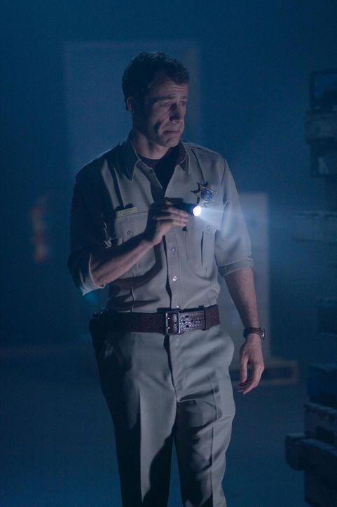 """Ein Wettlauf mit der Zeit beginnt, da sich durch einen """"Blitz-Ton"""" Menschen zu Stein verwandeln: Jack Carter (Colin Ferguson) ... - Bildquelle: Universal Television"""