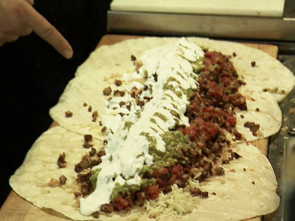 Gigantisch: Das Iguanaz im kalifornischen San Jose ist bekannt für seinen wirklich gigantischen Burrito, den Burritozilla ... - Bildquelle: 2011, The Travel Channel, L.L.C. All Rights Reserved.