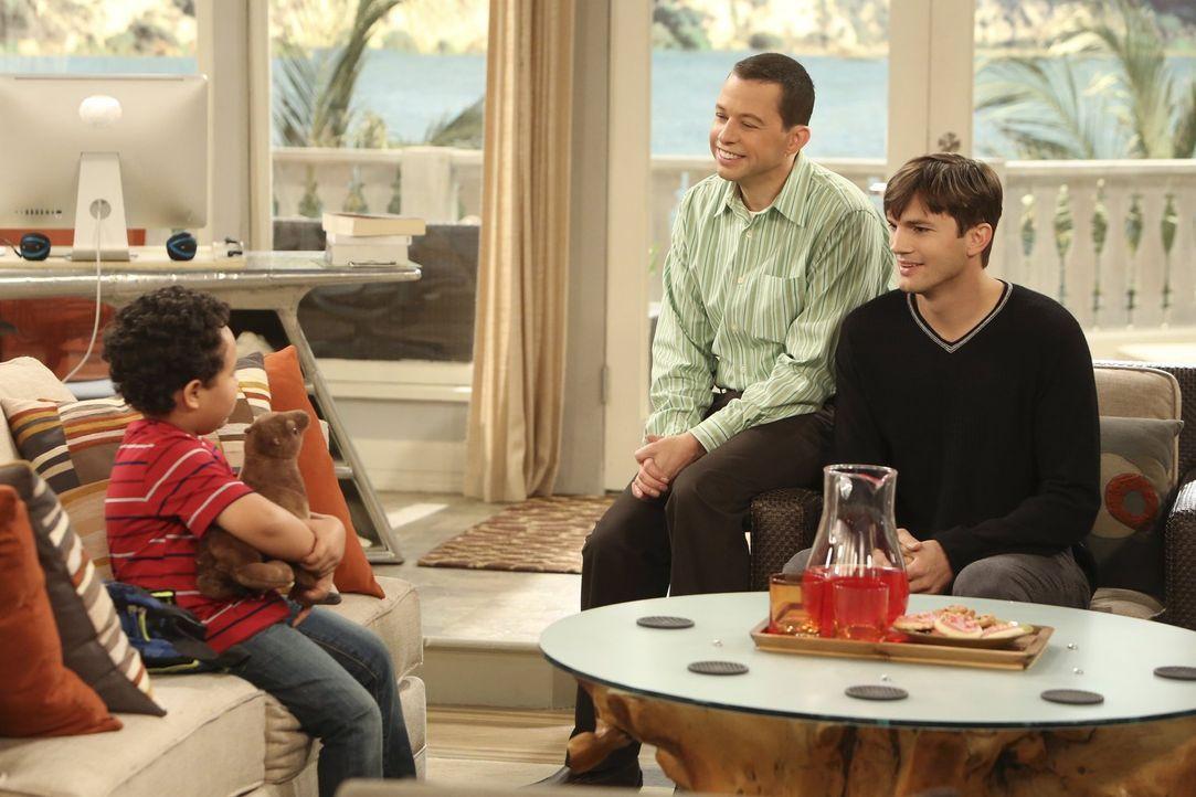 Walden (Ashton Kutcher, r.) und Alan (Jon Cryer, M.) bekommen ein Pflegekind. Louis (Edan Alexander, l.) soll zunächst übers Wochenende bei ihnen ei... - Bildquelle: Warner Brothers Entertainment Inc.